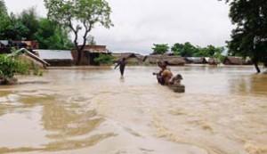 बाढ़ से लाखों बेघर, अस्सी की मौत
