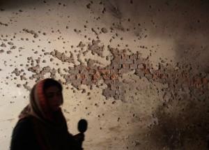 पेशावर शहर के आर्मी पब्लिक स्कूल की दीवार पर गोलीबारी के निशान  (फोटोः रौयटर्स)