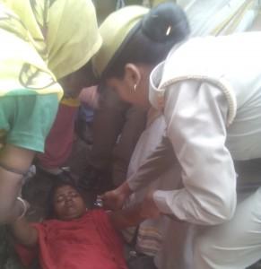 धरना के समय बेहोश भे लड़की का अस्पताल ले जात महिला पुलिस