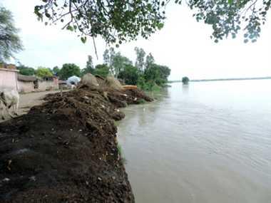 बाढ़ के खतरा से परेषान मनई