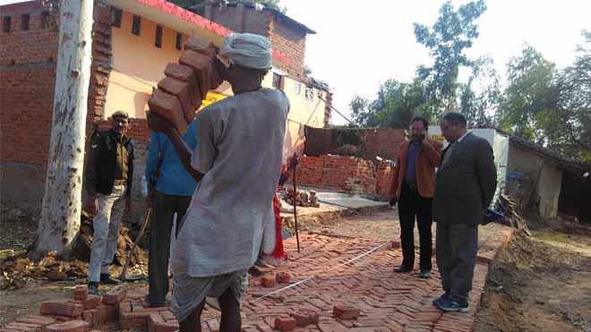 एक महीने बाद पडुई में टूटे सड़क, शौचालय और बिजली नदारद