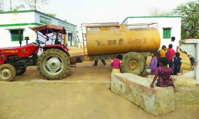 सूखे के बीच दबंगई के चलते दलितों से दूर हुआ पानी…