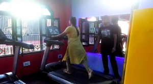 कर्वी के जिम में अभ्यास करते हुए लोग