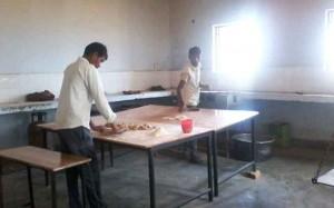 बच्चों को हर रोज के मीनू में एक ही तरह का खाना दिया जाता है। शाम का खाना सुबह ही बना लेते हैं