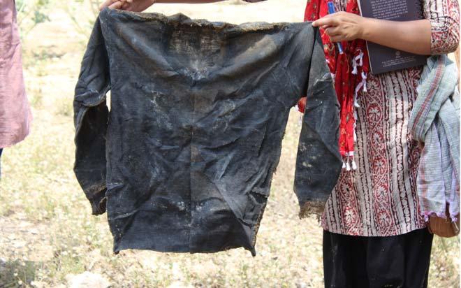 उनके पड़ोसी सुधीर सिंह कहते-कहते रो पड़ते हैं कि बाबा को बहुत शौक था अपने कपड़ो को सहेज कर रखने का। मजाल है कि रत्ती भर भी सिलवटें उनके कपड़ो में दिखाई दे जाएं। यह उनका ही स्वेटर है जो आज दीमक खा रहा है