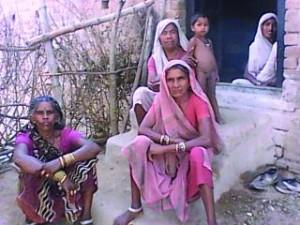 समस्या बतावत गांव के मेहरिया