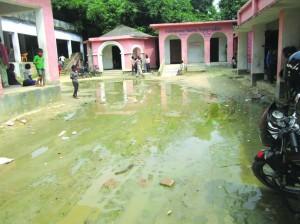 विद्यालय में भरल किचर अउर पानी