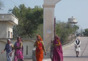 रामनगर की ओरते डी.एम. कार्यालय में