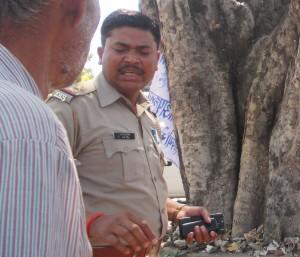 एस.ओ. नयन सिंह करत बातचीत