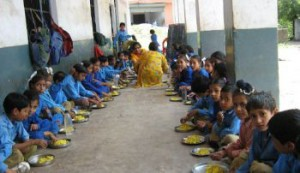 Midday_Meal_Scheme_children_at_primary_school copy
