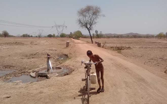 14 साल की उम्र में पंकज स्कूल छोड़ कर मीलों दूर जा कर पानी भरता है।