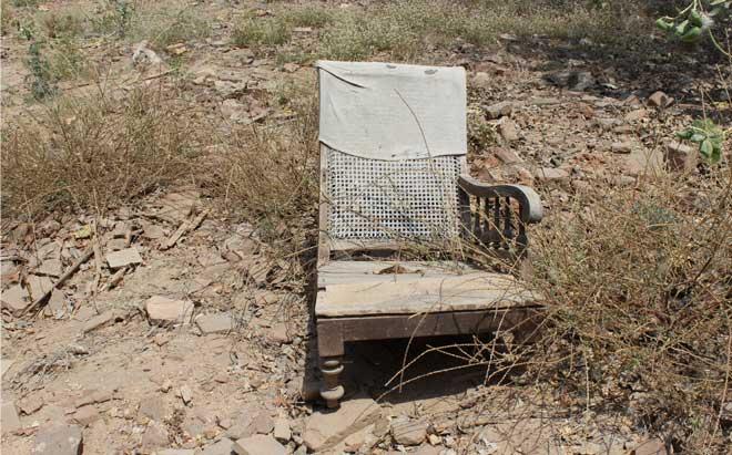 घंटो बैठकी लगती थी उनके घर पर और यह कुर्सी उनकी पसंदीदा थी। ये कुर्सी यूंही नहीं टूटी है, बुलडोज़र चला है इस पर