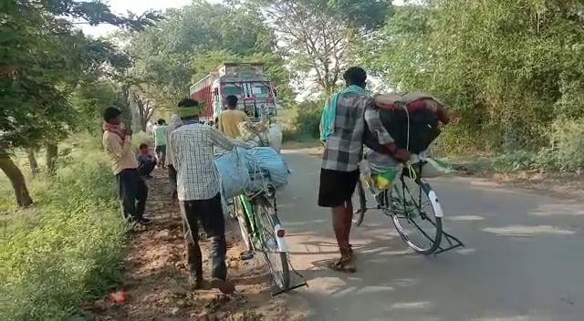साईकिल से अपने घर जा रहे मजदूरो