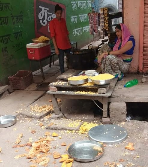 In Banda Sabzi Mandi, the police constable threw the goods of the widow's shop on the road today