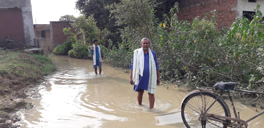 Waterlogging in front of 15 houses due to heavy rain, no place for drainage