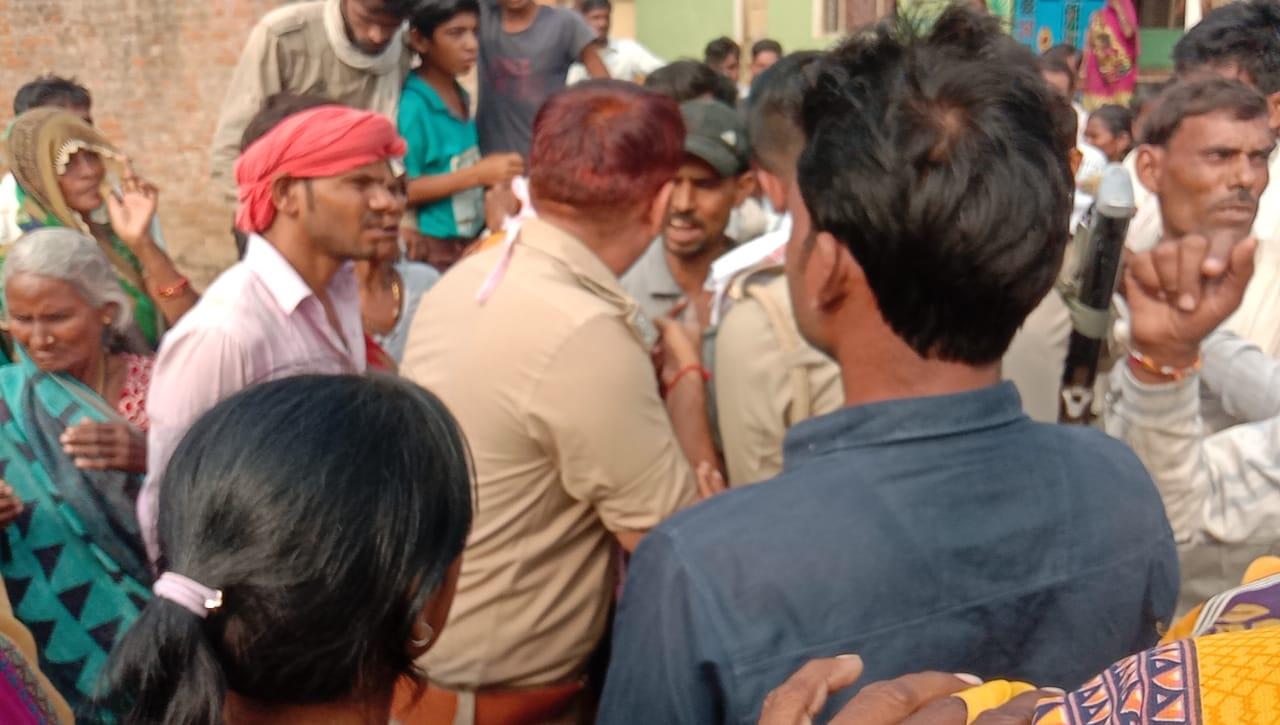 महोबा: 30 वर्षीय युवक का मिला शव, परिवार वालों ने सड़क जाम कर किया हंगामा