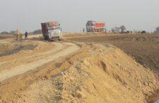 बांदा: खेत में अवैध रूप से बालू खनन माफ़िया ने बनायी मुख्य सड़क