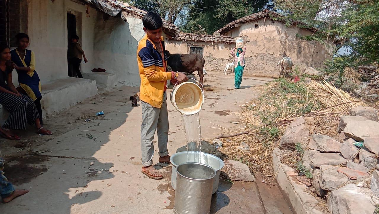 चित्रकूट: 6 महीने से ख़राब पड़े हैं हैंडपंप, बूँद-बूँद पानी के लिए तरस रहे लोग
