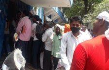 LIVE बाँदा: फॉर्म भरने के लिए बैंकों में लम्बी लाइन, कोई सोशल डिस्टैन्सिंग नहीं