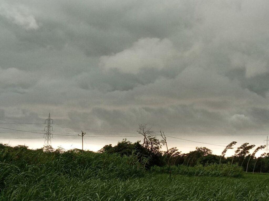 बारिश से चरमरा जाती है बिजली व्यवस्था