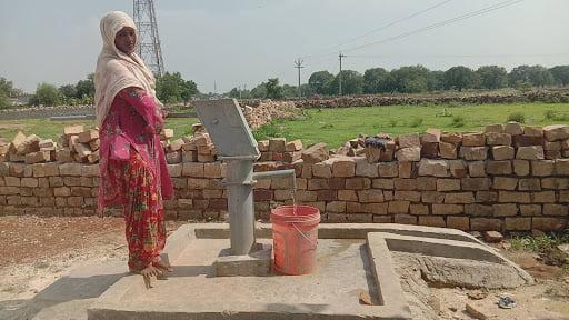 चित्रकूट: कई पीढ़ी बाद गाँव में लगा हैंडपंप, देखिए खबर लहरिया की खबर का असर