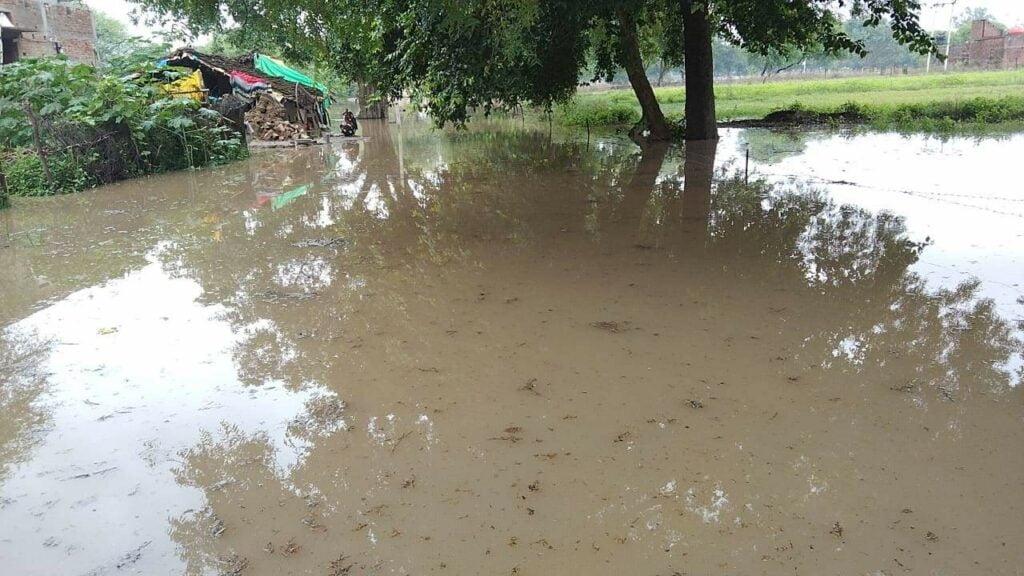चित्रकूट: बाढ़ का कहर ज़ारी, शौच से लेकर आने-जाने में हो रही दिक़्क़त