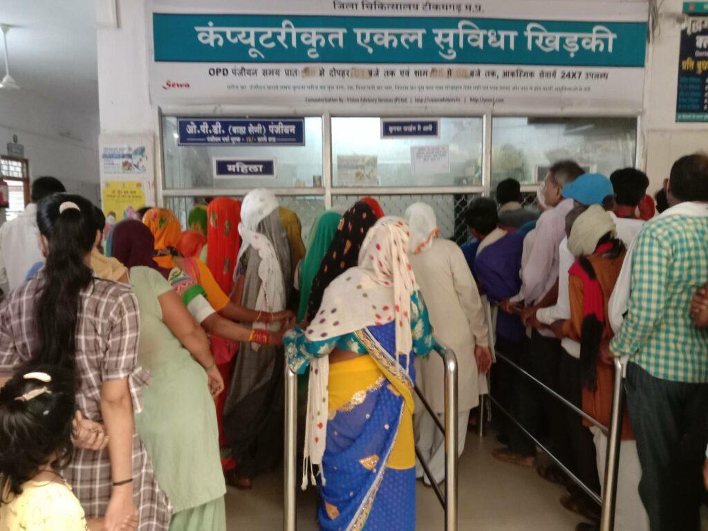 crowd in hospital photo by khabar lahariya