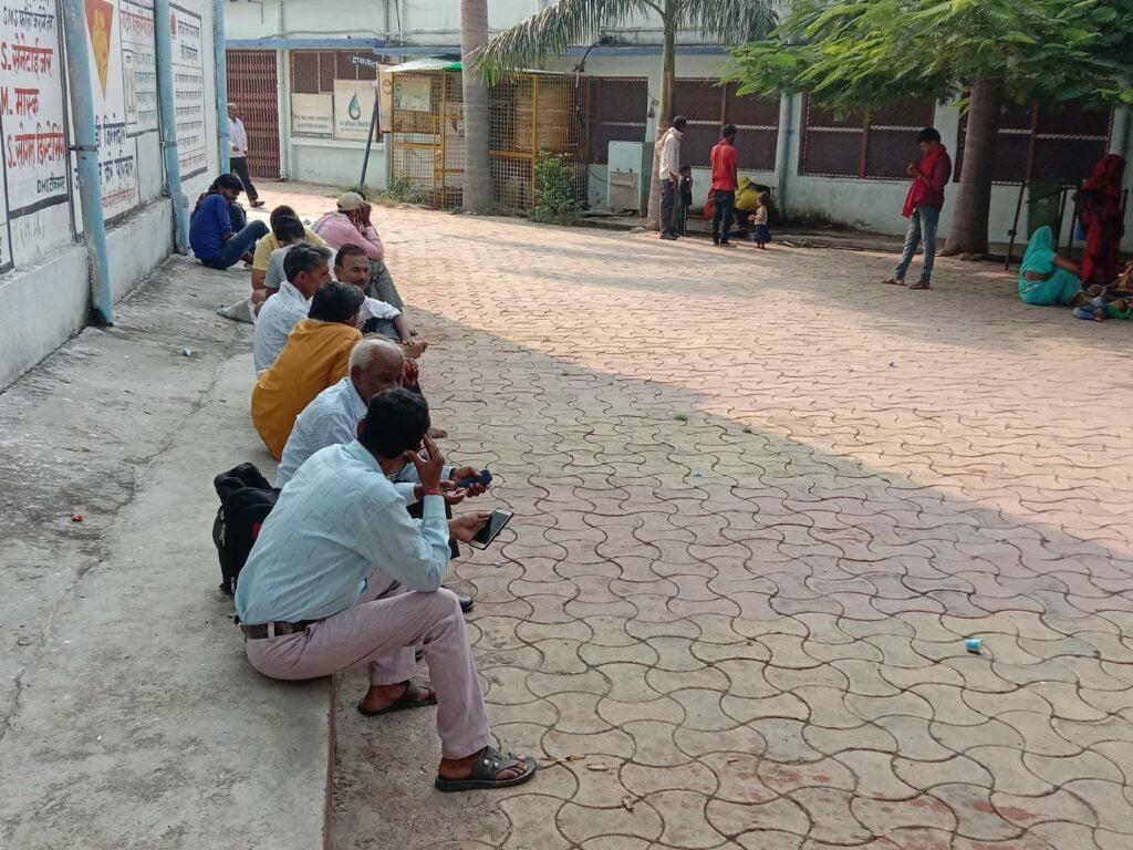 long line in hospital photo by khabar lahariya