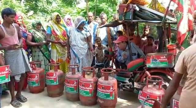 smajwadi party distributed cylinders in half rate